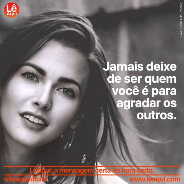 """Mulher com sorriso sereno e olhar tranquilo e a inscrição """"Jamais deixe de ser quem você é para agradar os outros"""""""