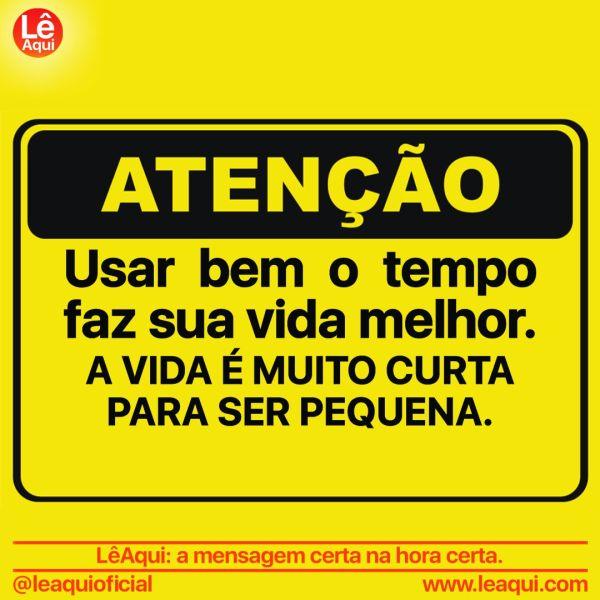 """Placa amarela com a inscrição """"Atenção. Usar bem o tempo faz sua vida melhor. A vida é muito curta para ser pequena."""""""
