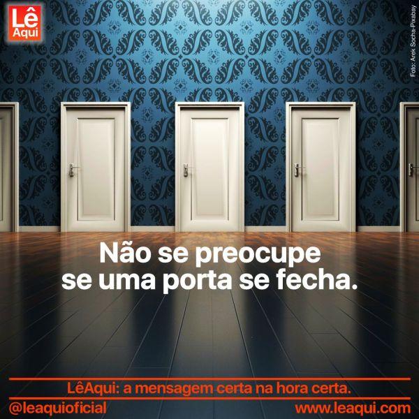 Parede com várias portas e a inscrição não se preocupe se uma porta se fecha.