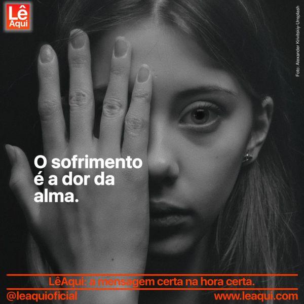 Moça escondendo um dos olhos com a mão pois sofrimento é a dor da alma.