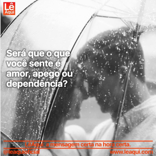 """Casal abraçado protegidos por um guarda-chuva transparente, com as testas unidas e a inscrição """"Será que o que você sente é amor, apego ou dependência?"""""""