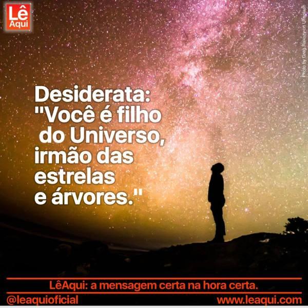 Homem olhando céu estrela lembrando do poema Desiderata, que diz você é filho do Universo.