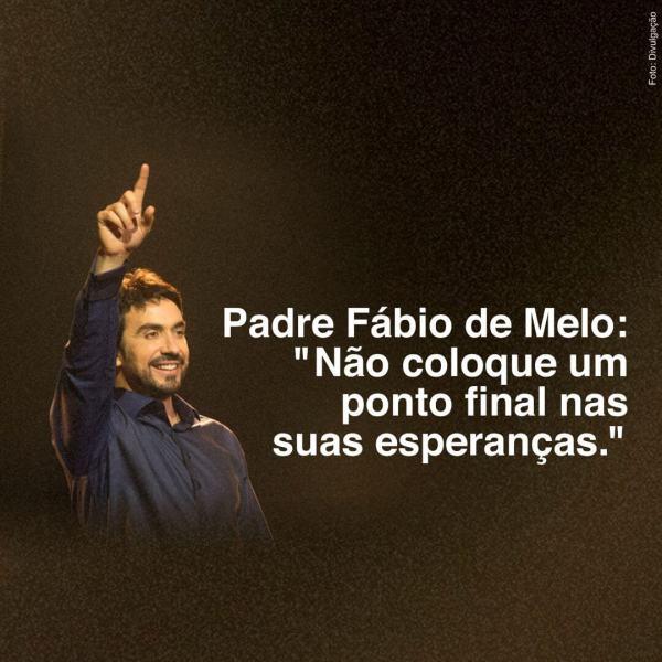 """Padre Fábio de Melo sorrindo e apontando para o alto com a inscrição:  """"Não coloque um ponto final nas suas esperanças."""""""