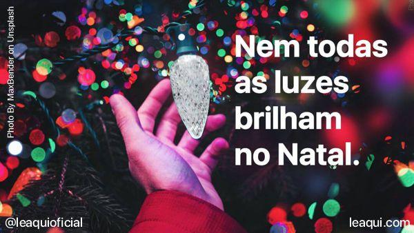 mão de criança tocando uma lâmpada apagada que enfeita árvore de natal brilham no natal