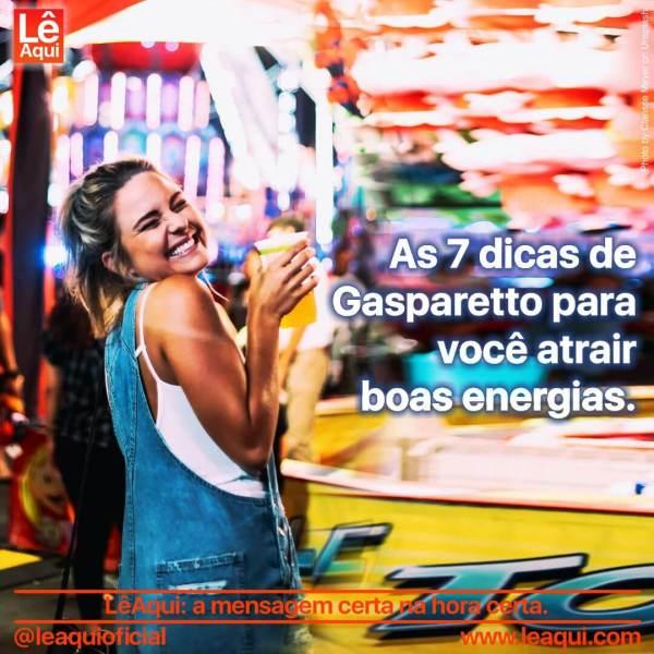 Mulher sorrindo e feliz, com um fundo de cores vibrantes, e a inscrição as 7 dicas de Gasparetto par você atrair boas energias