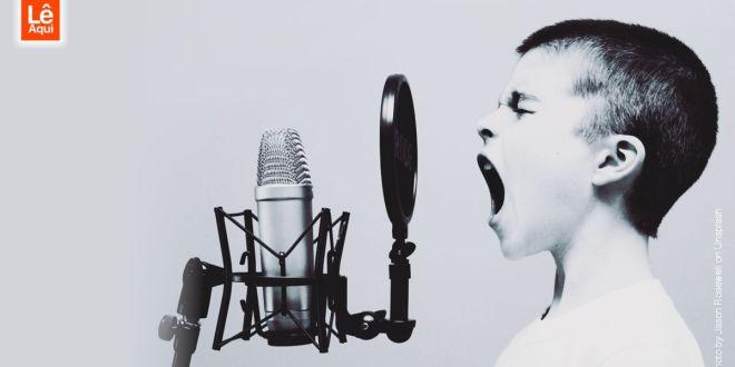 Menino falando no microfone palavras que têm poder de profetizar