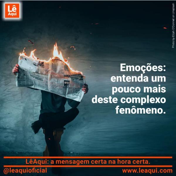 Homem sentado lendo calmamente jornal que está pegando fogo, como entender as emoções