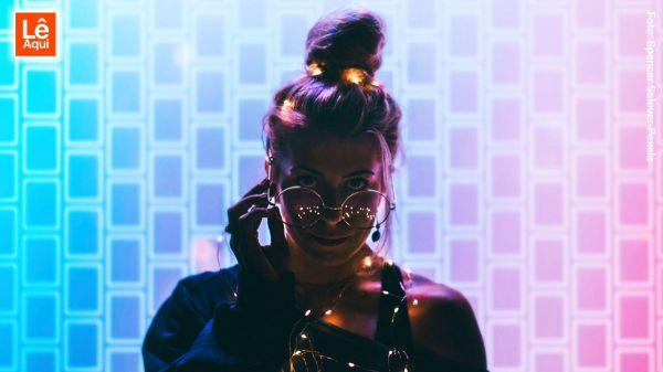 Mulher olhando por cima dos óculos mostrando como é ser você mesmo e conquistar a vitória