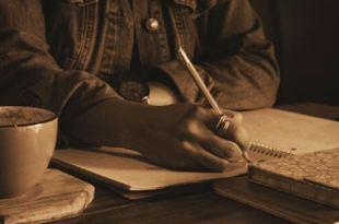 Mulher escrevendo em um caderno fazendo o diário interior crie felicidade