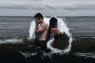 homem e mulher no mar com uma onda passando por eles, um de costas para o outro com as mãos cobrindo o rosto não se decepcione