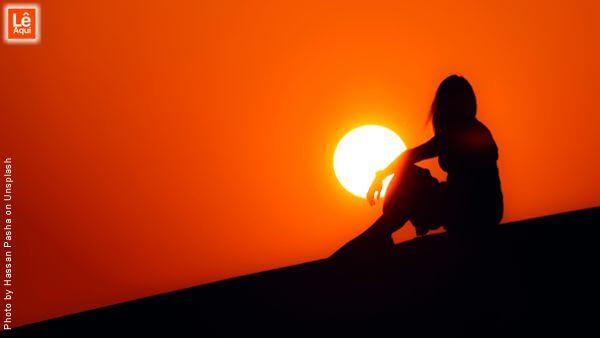 Silhueta de mulher com o sol ao fundo Ressuscite seus sonhos