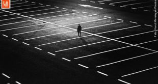 Homem sozinho em um amplo ambiente urbano. Representa como a pandemia afeta o bem-estar emocional