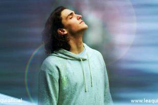Rapaz respirando profundamente para respiração acalmar a mente