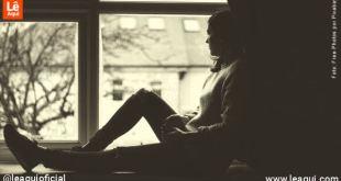 mulher sentada e janela olhando para o lado de fora expressando ansiedade e depressão no isolamento