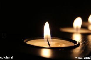 quatro velas no escuro pedindo vida boa
