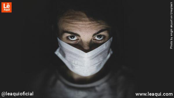 homem com máscara cirúrgica e ar de espanto e dúvida com as palavras de yogananda