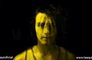 rosto de um jovem com mãos transparentes sobrepondo demonstrando a ansiedade quarentena