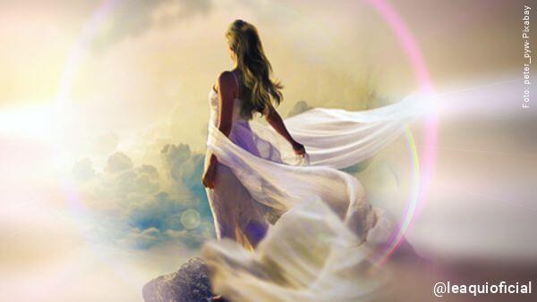 ilustração de uma mulher em clima diáfano caminhando sob nuvens para ilustrar dúvidas da vida