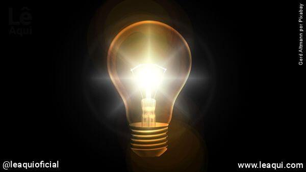 lâmpada no escuro emitindo um forte brilho mostrando a presença do amor