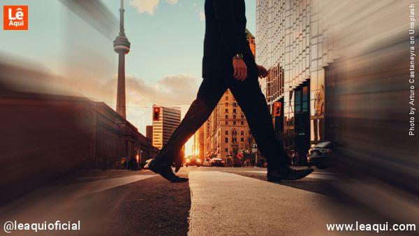 perfil de um homem atravessando uma rua vazia na faixa de pedestre superar medo