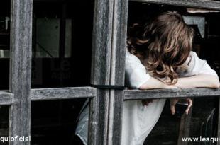rapaz debruçado em uma janela saúde mental pandemia