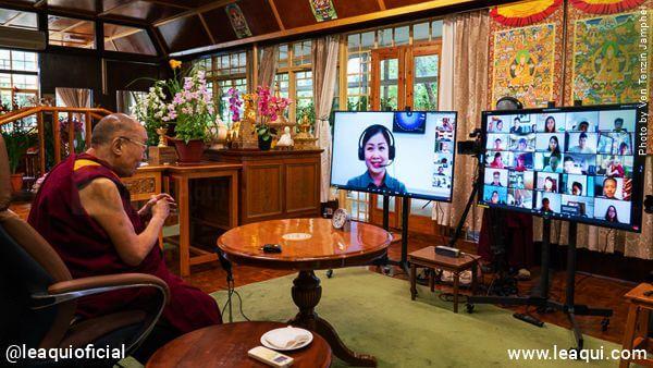 Dalai Lama em seu escritório fazendo transmissão por internet onde Dalai Lama vencer dificuldades