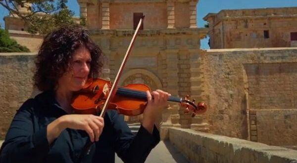 violinista da Filarmônica de Malta tocando hino vitória esperança pandemia