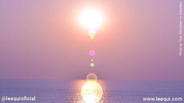 sol brilhando sob o mar com uma atmosfera avioletada representando sol nas almas