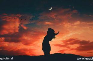 mulher em postura que revela harmonia em um fim de tarde energia espiritual da paz