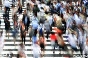 multidão apressada atravessando rua conter o medo