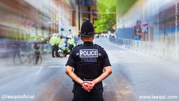 imagem de um policial visto de costas Dalai Lama meditação