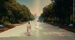 seres espirituais caminhando numa extensa alameda arborizada que termina em imponentes edificações vida após morte reencarnação