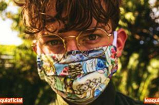 imagem de um jovem rapaz usando máscara de pano