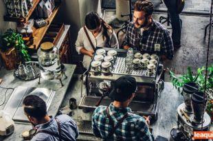 casal numa cafeteria sendo atendido por dois funcionários e mantendo conversa entre eles laços fracos relacionamentos