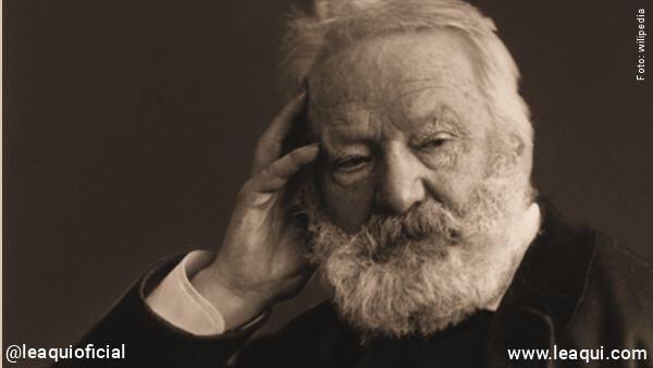 retrato de Victor Hugo com a mão colocada no rosto vida após a morte