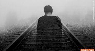 espírito de um homem caminhando numa linha de trem suicídio espiritismo
