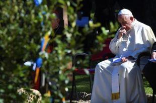 papa francisco sentado em um altar ao ar livre Papa Francisco sair da pandemia