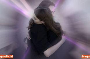 duas mulheres se abraçando perdoar melhora energia