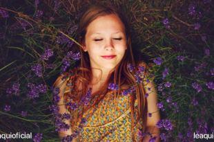 moça deitada sob uma plantação de lavanda relaxamento muscular progressivo