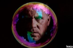 Montagem fotográfica com o rosto de um homem dentro de uma bolha bolhas sociais