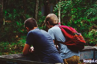 dois jovens conversando para que um auxilie o outro conforme lições Chico Xavier