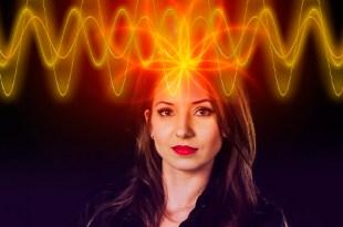 mulher com energia mental do pensamento fluindo da cabeça vibração pensamento