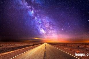 montagem fotográfica com uma estrada vazia indo em direção à via láctea pura e eterna felicidade