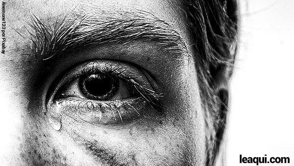 close fotográfico do olho de um homem com uma lágrima demonstrando dor e sofrimento