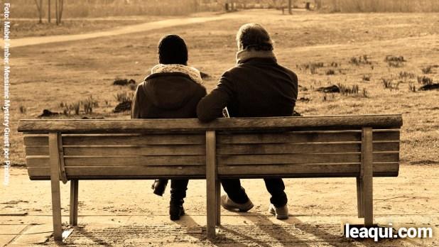 duas pessoas conversando supérfluo na vida