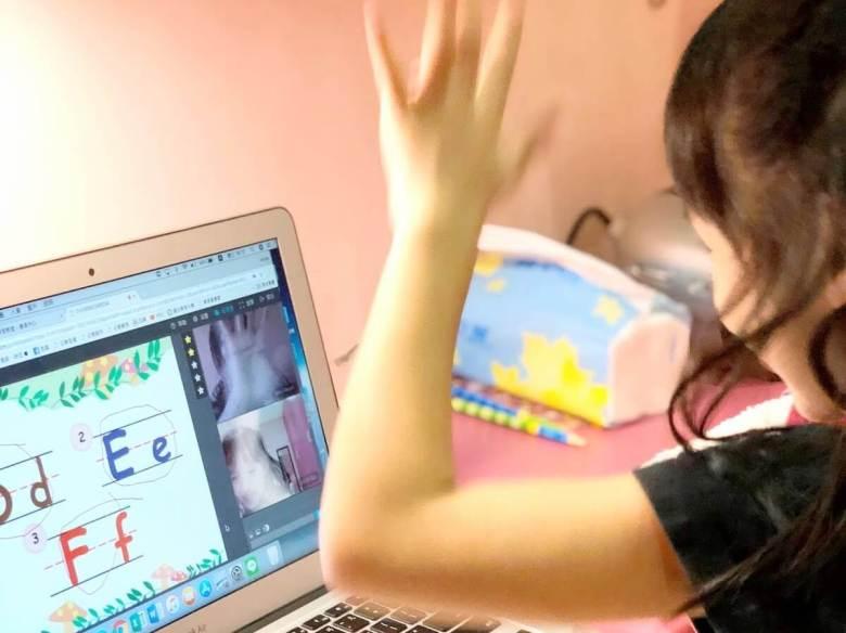 Mia 與 OiKID 老師 high five