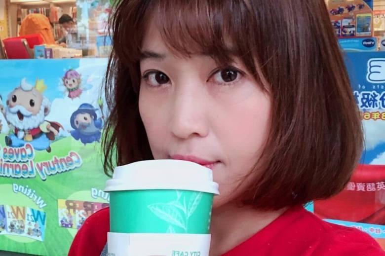 艾瑪悠閒喝咖啡