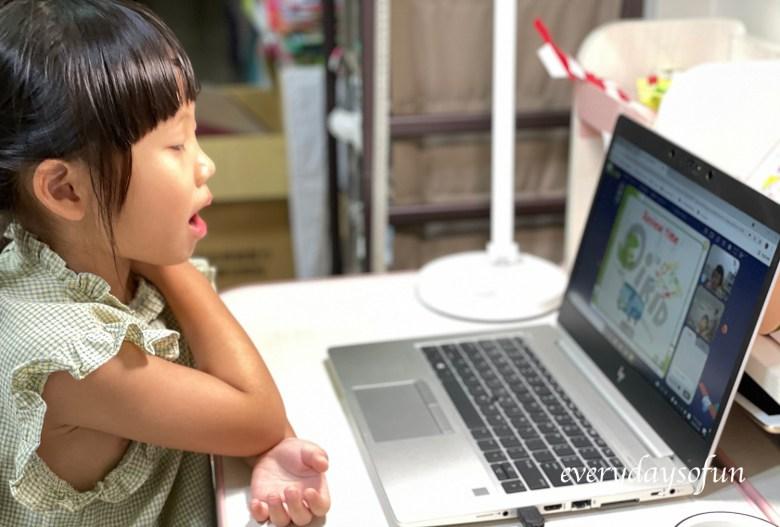 經過老師耐心引導,Zia也慢慢願意開口跟著老師一起唸