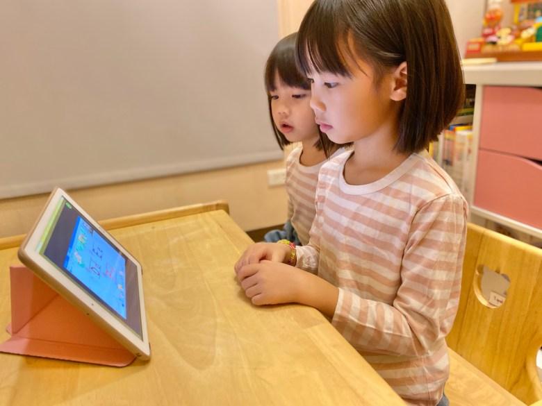 家中有雙寶的話,另一位孩子也可以在旁邊一起聽課!
