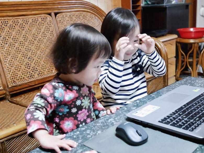 小妞與妹妹專注地沉浸在課堂中